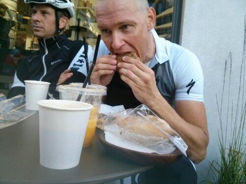Jävligt gott med frukost efter några hårda mil på cykeln.
