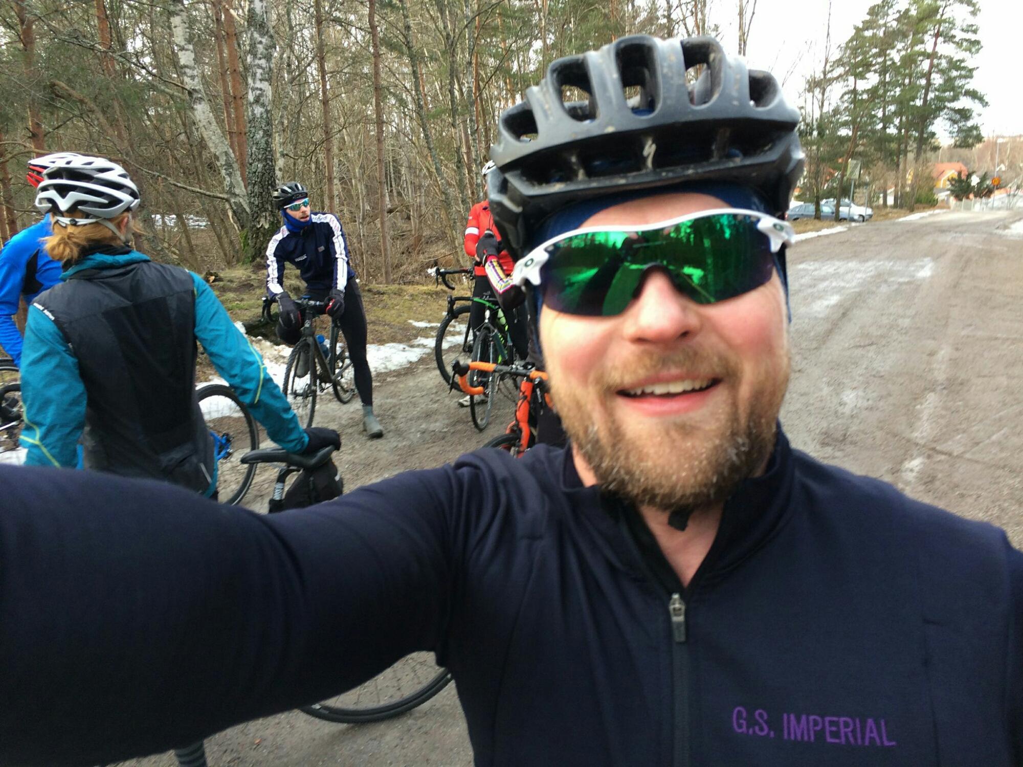 Så här glad blir man när man får komma ut och cykla med kompisar!