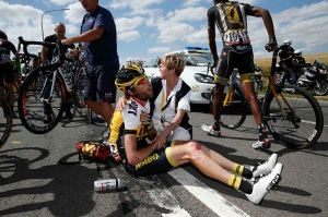 Efter tredje etappens krasch i Tour de France 2015 (foto The Guardian)