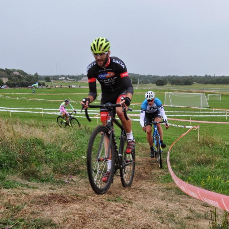 Starka cyklister uppför vallen vid Gärdet! (Foto: Andreas Nyström)